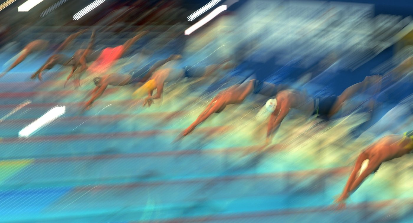 Спортсмены на старте дистанции 100 м вольным стилем в полуфинале среди мужчин на XVI чемпионате мира по водным видам спорта в Казани