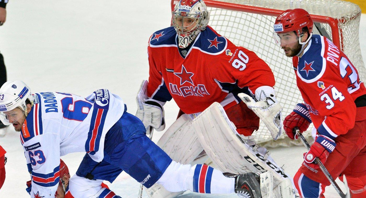 Форвард СКА Евгений Дадонов и вратарь ЦСКА Илья Сорокин (слева направо)