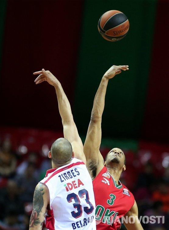 Форвард ПБК Локомотив-Кубань Энтони Рэндольф и центровой БК Црвена Звезда Майк Зирбес (слева)