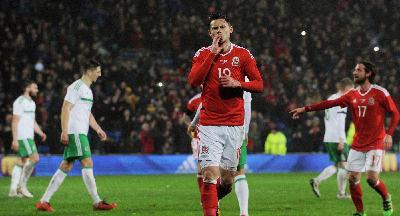 Нападающий сборной Уэльса по футболу Саймон Чёрч (№19)