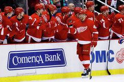 Хоккеисты Детройта радуются заброшенной шайбе Люка Гленденинга (на первом плане)