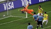 Хамес Родригес (крайний справа) забивает гол в ворота Фернандо Муслеры