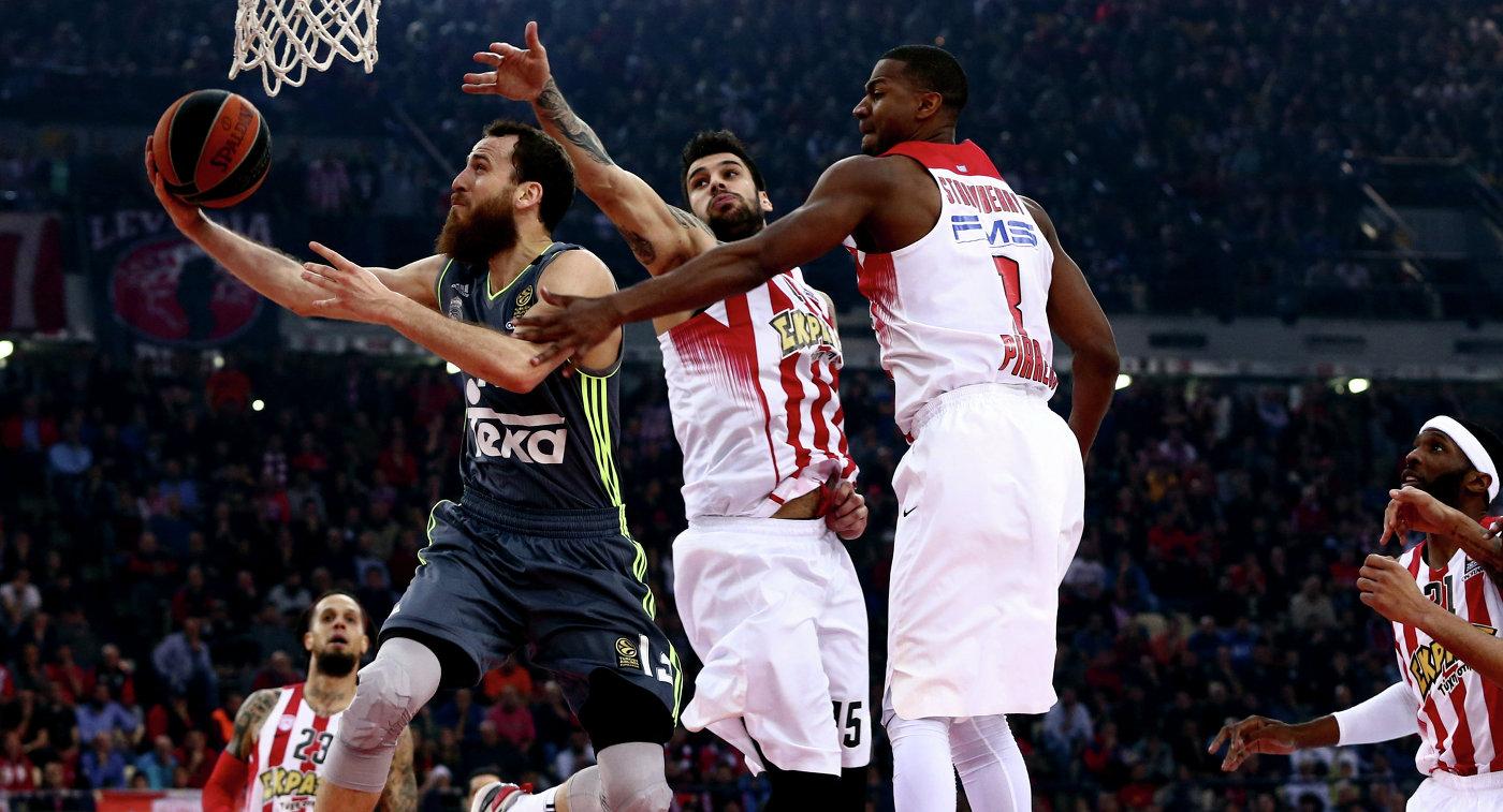 Игровой момент матча баскетбольной Евролиги Олимпиакос - Реал