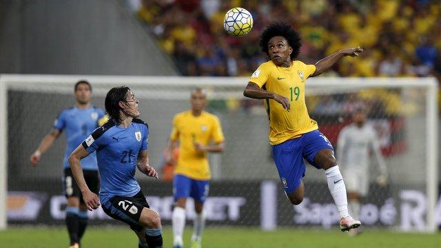 Нападающий сборной Уругвая Эдинсон Кавани и полузащитник сборной Бразилии Виллиан (слева направо)