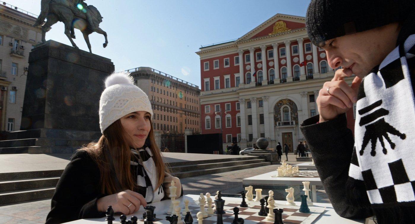 Горожане на интерактивной шахматной площадке на Тверской площади в Москве