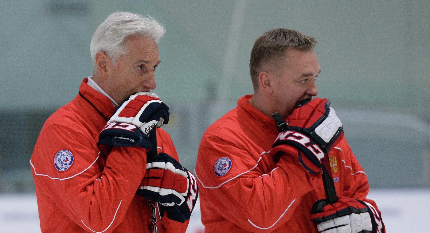Тренеры Зинэтула Билялетдинов (слева) и Валерий Белов на тренировке мужской сборной России по хоккею.