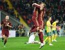 Игроки сборной России Фёдор Смолов и Дмитрий Тарасов (в центре слева направо)