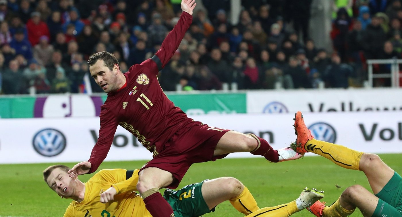 Нападающий сборной России Александр Кержаков (в центре) и защитник сборной Литвы Линас Климавичюс