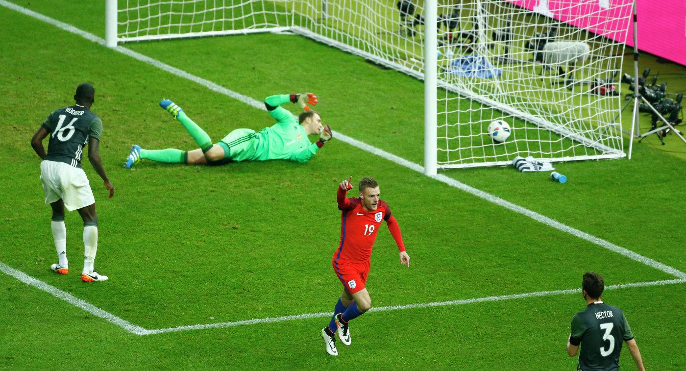 Нападающий сборной Англии Джеймс Варди (в красной форме) в товарищеском матче против команды Англии