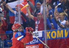 Анна Щукина (Россия) радуется забитому голу в матче группового этапа между сборными командами Швеции и России