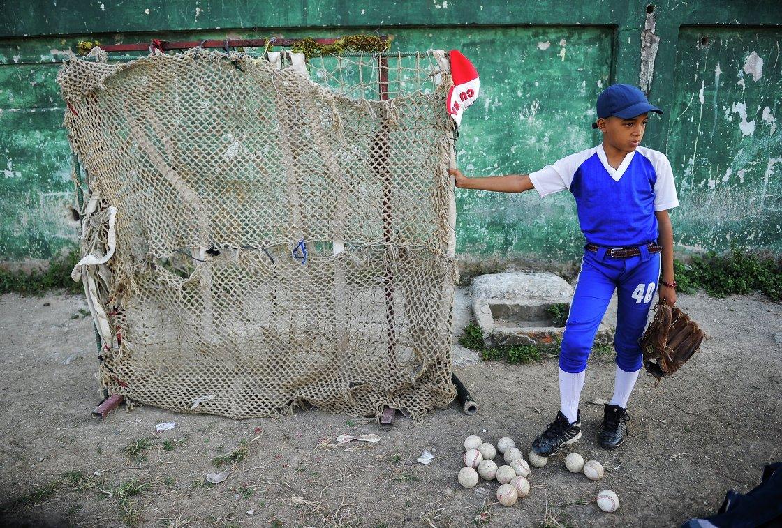 Ребенок на Кубе во время бейсбольного матча