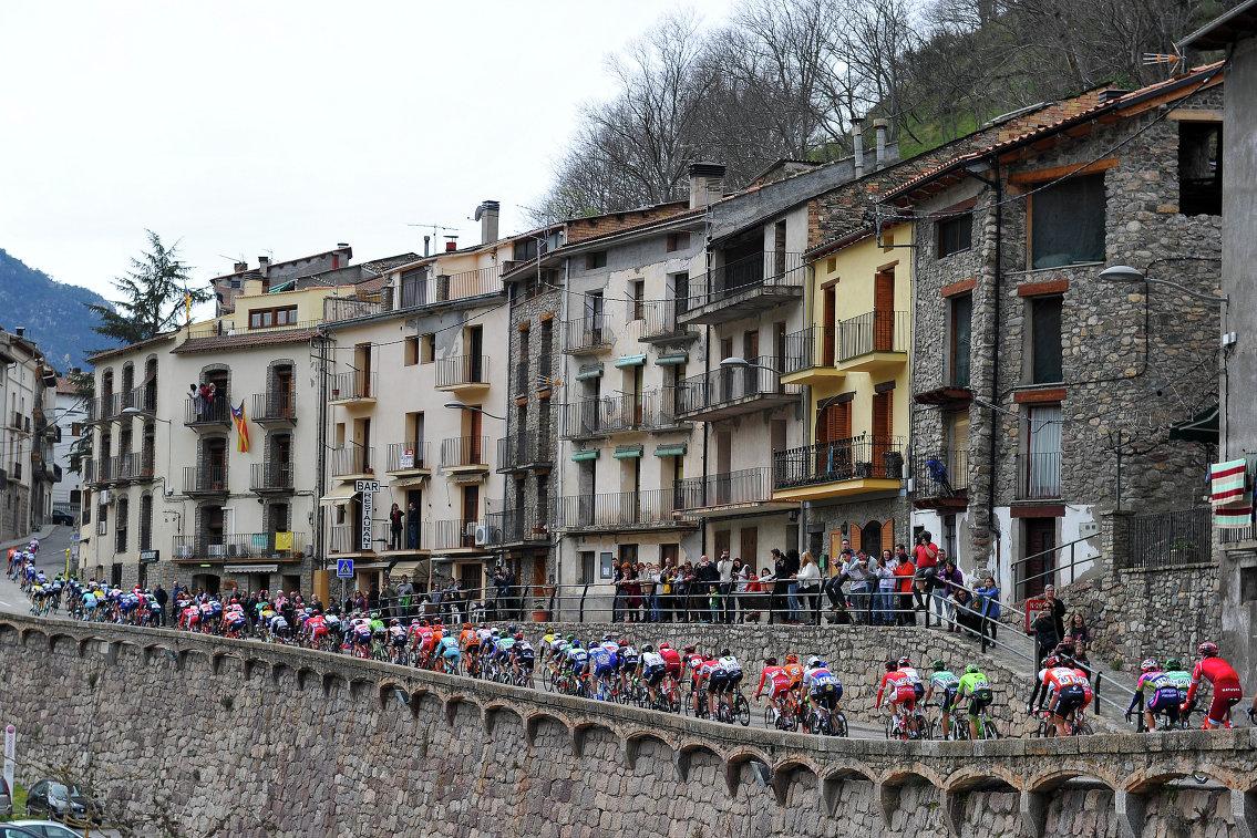 Гонщики во время пятого этапа веломногодневки Вуэльта Каталонии