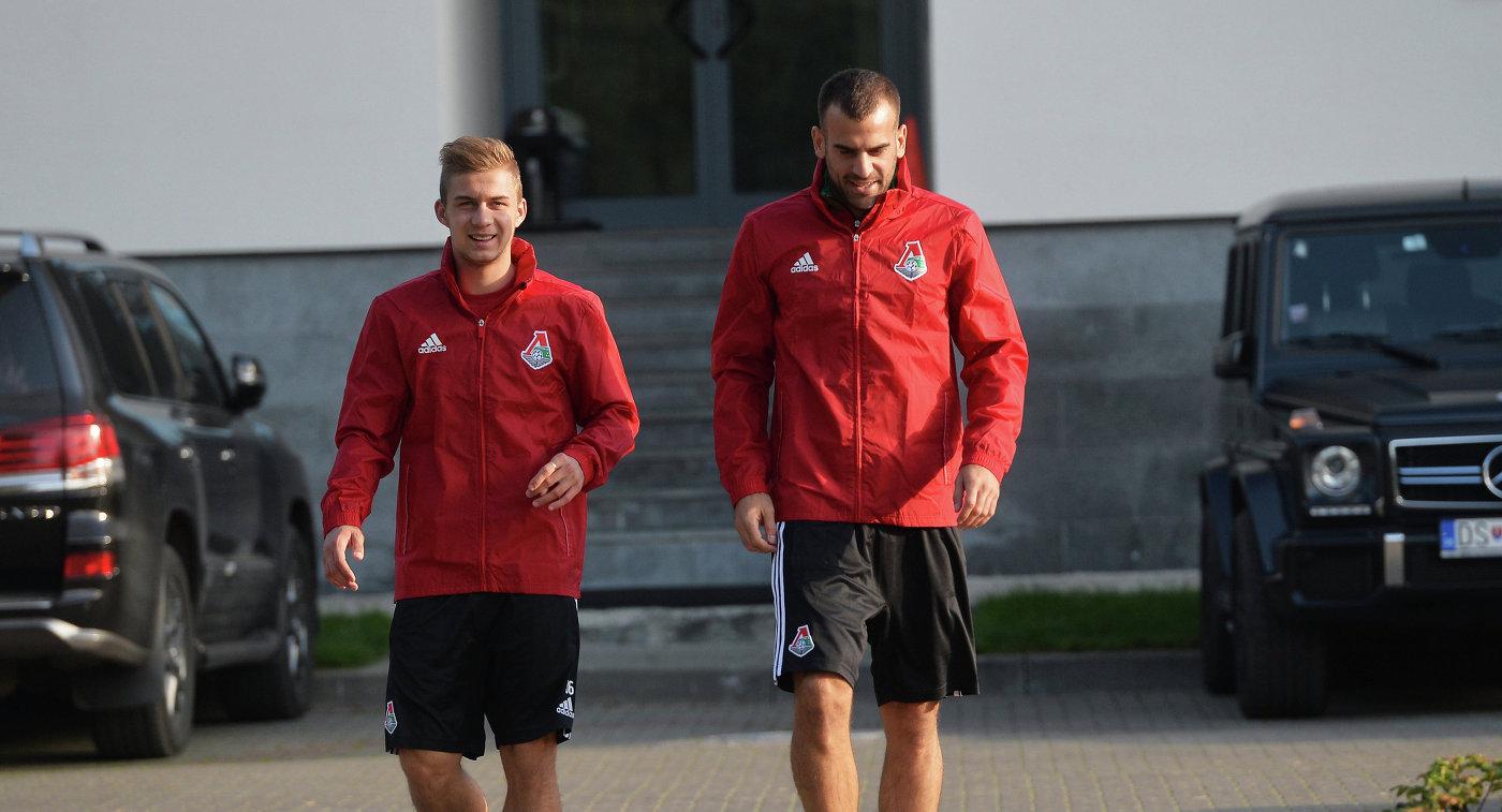 Футболисты Локомотива Дмитрий Баринов (слева) и Петар Шкулетич на тренировке