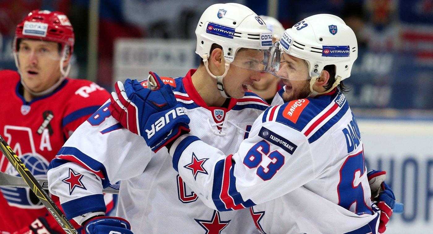 Игроки СКА Вадим Шипачёв и Евгений Дадонов (слева направо на первом плане)