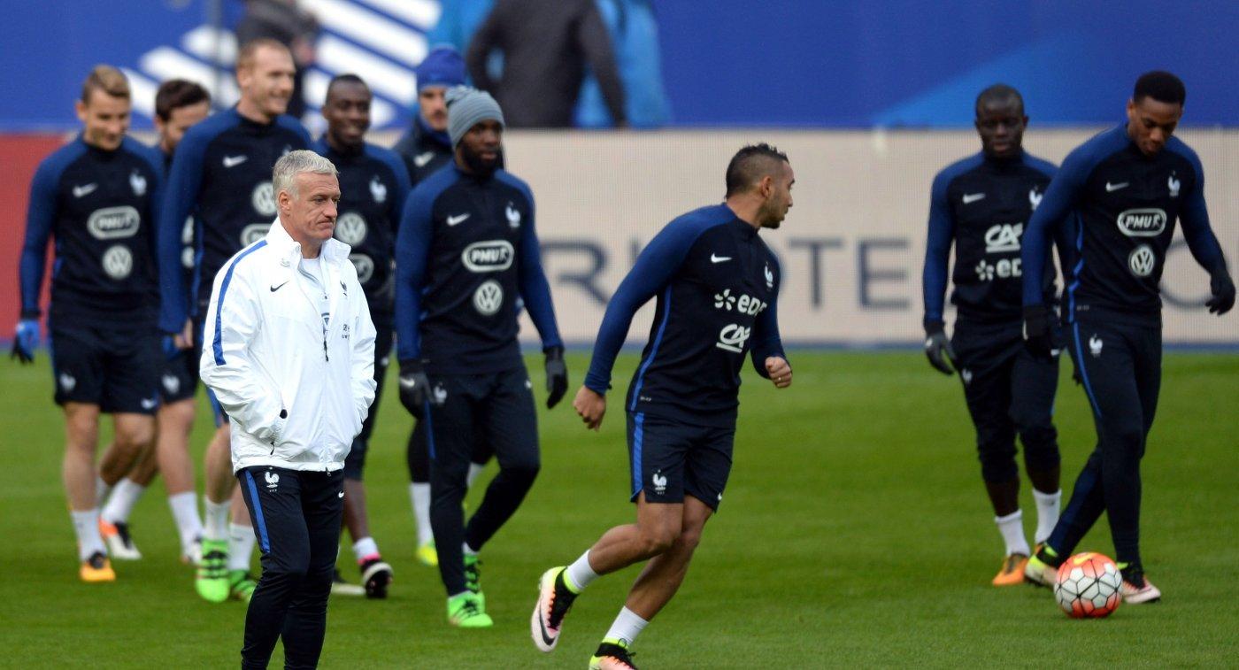 Главный тренер сборной команды Франции по футболу Дидье Дешам (слева)