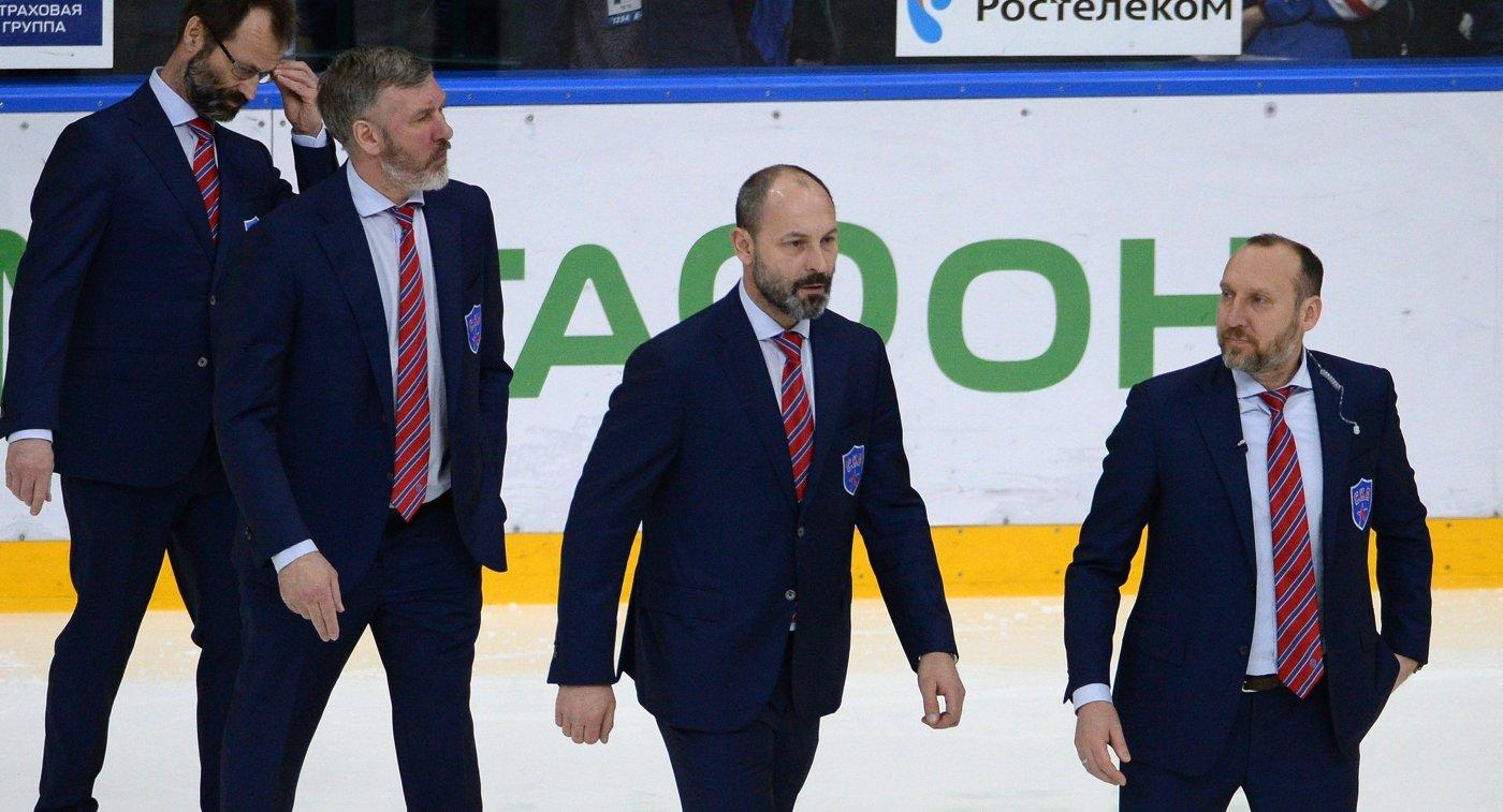 Главный тренер СКА Сергей Зубов (второй справа)
