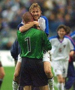 Футболисты сборной России Александр Филимонов и Валерий Карпин (слева направо на первом плане) радуются победе над командой Франции, архив, 1999 год