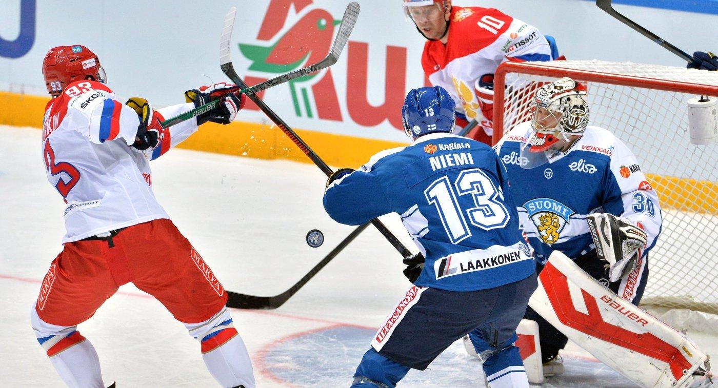 Нападающий сборной России Николай Прохоркин (слева) и вратарь сборной Финляндии Харри Сятери (справа)