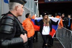 Болельщица сборной России перед началом товарищеского матча Франция - Россия на стадионе Стад де Франс в Париже
