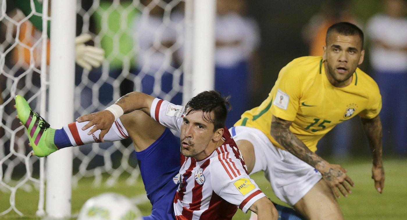Форвард сборной Парагвая Эдгар Бенитес (слева) и защитник сборной Бразилии Дани Алвес