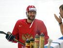 Нападающий сборной России по хоккею Александр Овечкин (слева) и главный тренер сборной России Олег Знарок