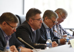 Александр Кравцов (второй слева)
