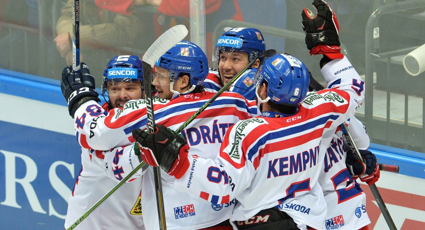 Хоккеисты сборной Чехии радуются заброшенной шайбе