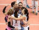 Волейболистки казанского Динамо Екатерина Гамова и Елена Юрьева (слева направо на втором плане)