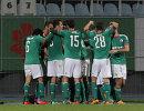 Футболисты Легии радуются забитому мячу