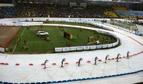 Биатлонисты на дистанции смешанной мужской эстафеты во время международных соревнований по биатлону и лыжным гонкам приз губернатора Тюменской области