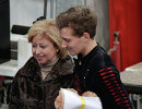 Тренер по фигурному катанию Елена Буянова (Водорезова) поздравляет Максим Ковтуна (Россия)