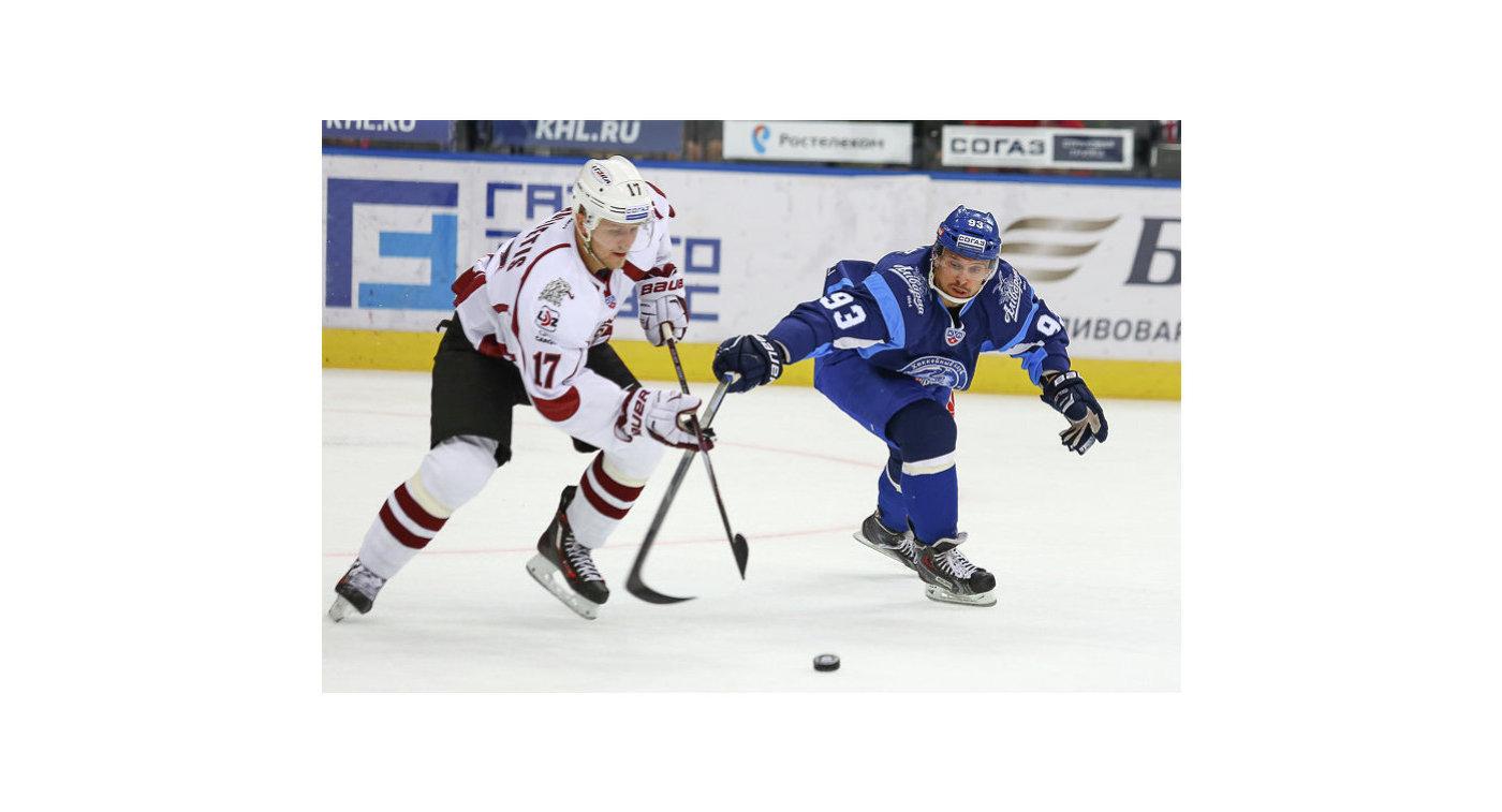 Нападающий ХК Динамо (Рига) Каспарс Саулиетис (слева) и форвард ХК Динамо (Минск) Артур Гаврус