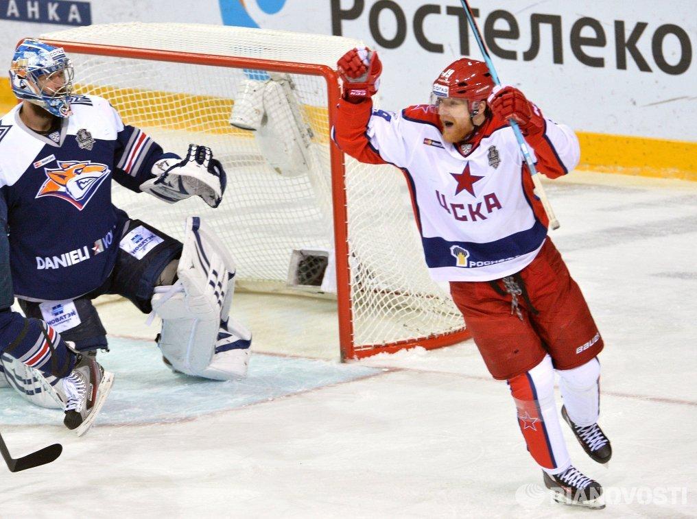 Форвард ЦСКА Михаил Юньков (справа)