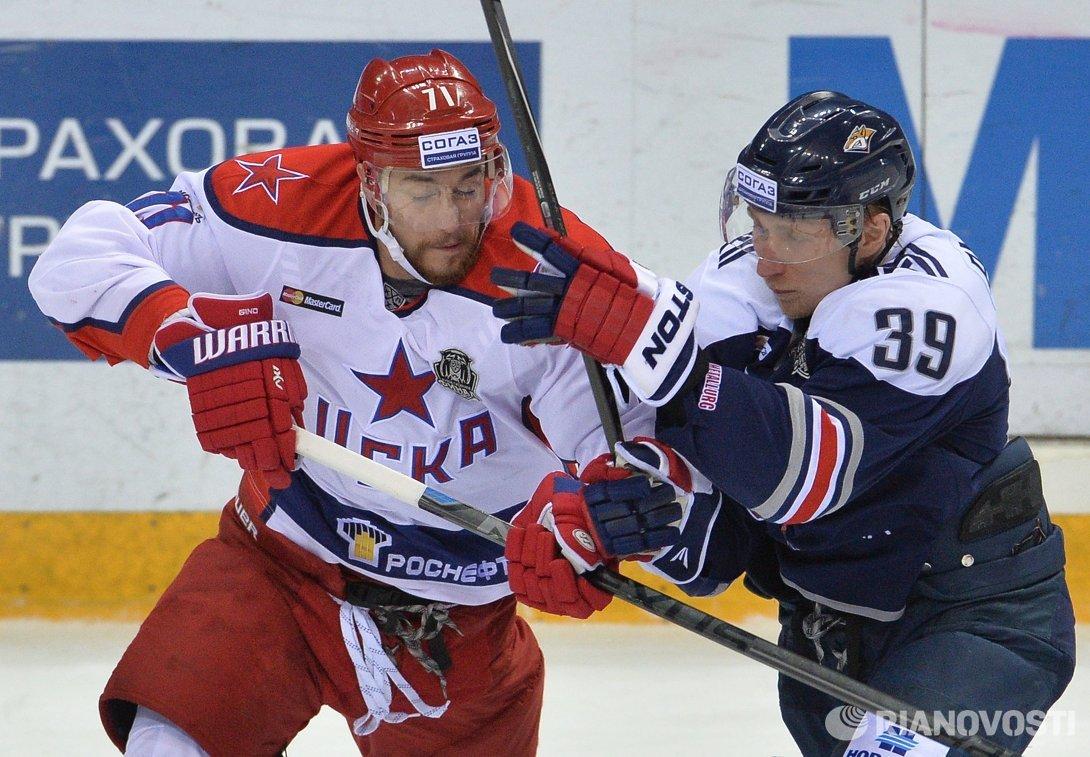 Форваврд ЦСКА Геннадий Столяров (слева) и нападающий Металлурга Денис Платонов