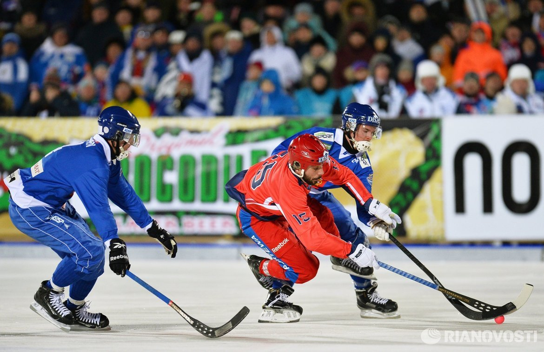 Игрок сборной России Алан Джусоев (в центре)