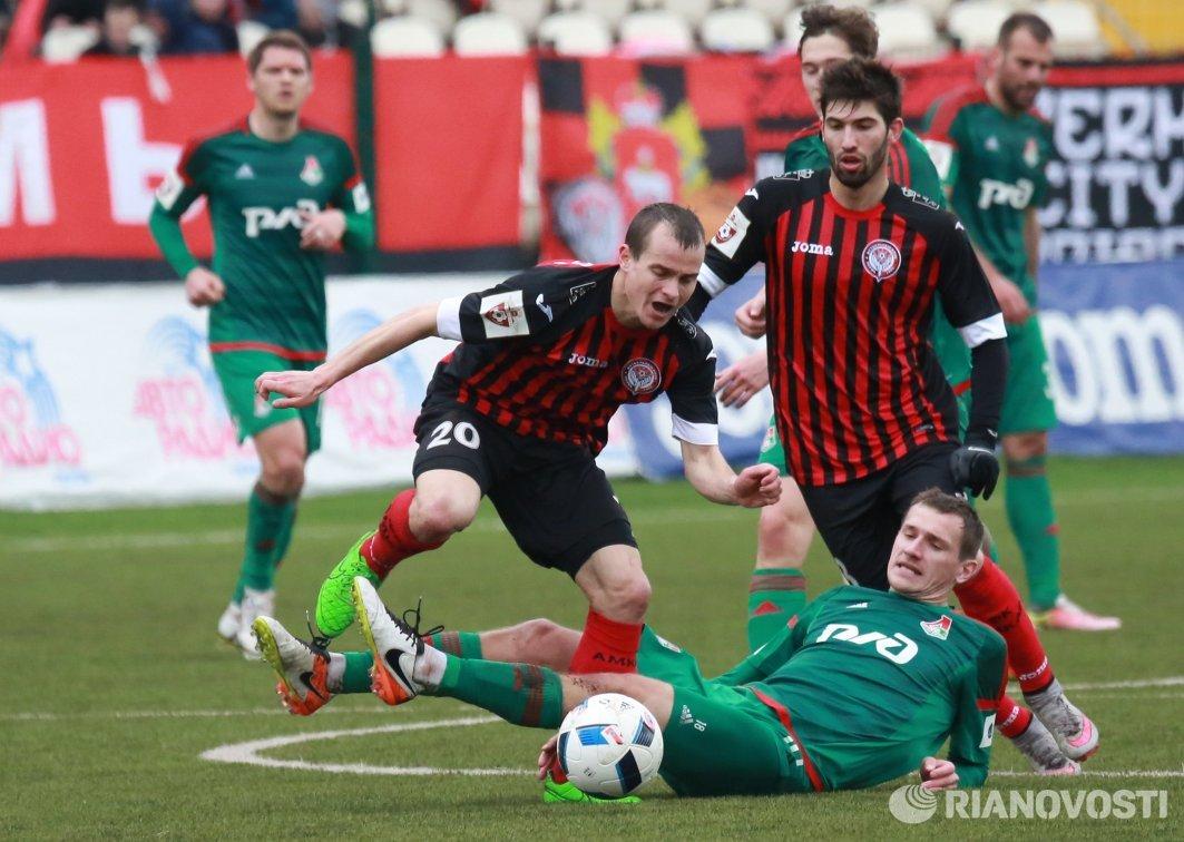 Полузащитники Амкара Павел Комолов (в центре), Локомотива Александр Коломейцев (внизу)