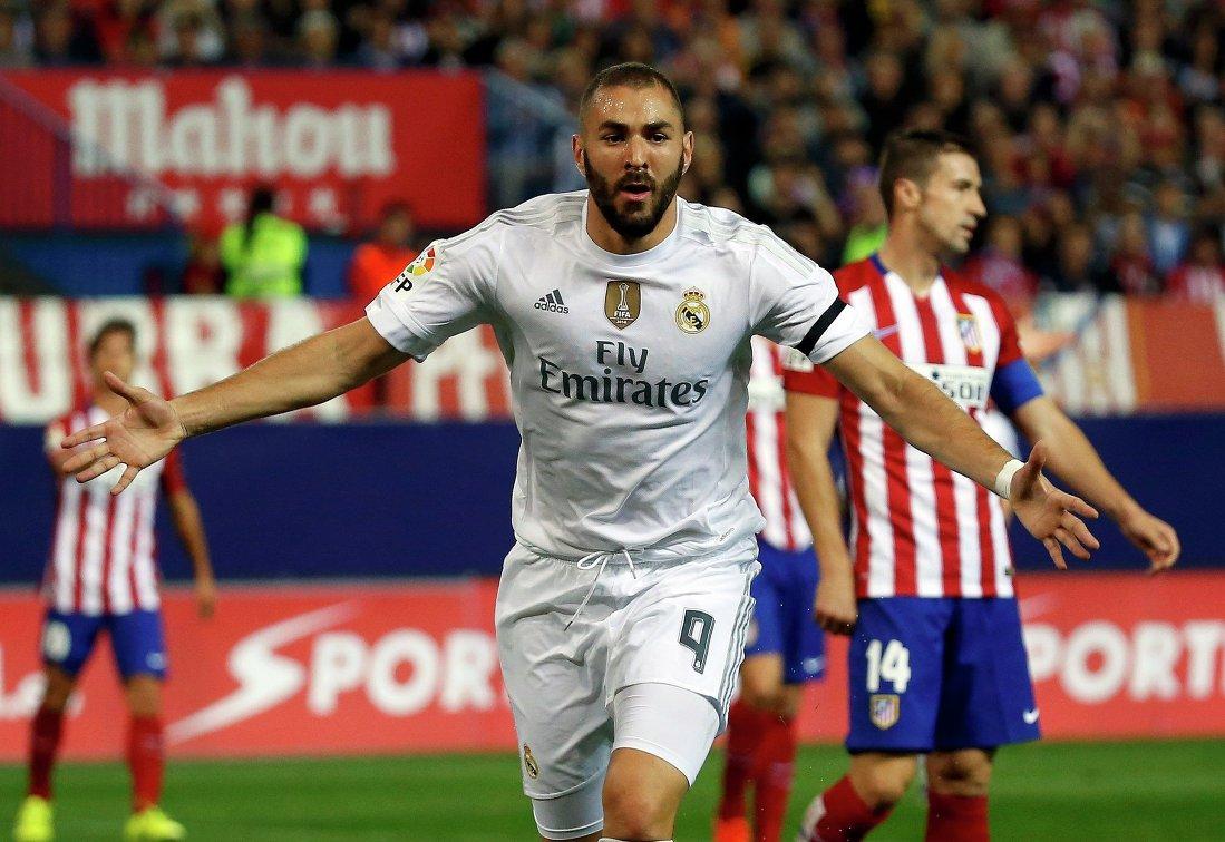 Форвард Реала Карим Бензема празднует забитый гол в ворота Атлетико