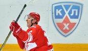 Нападающий Спартака Евгений Бодров радуется своей заброшенной шайбе