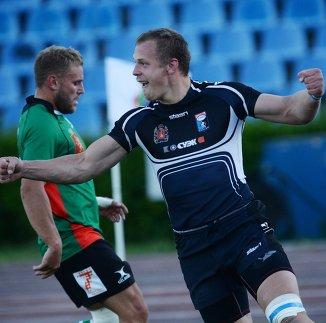 Игрок РК Красный Яр и игрок РК Енисей-СТМ в матче за Суперкубок России по регби