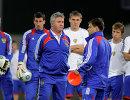 Гус Хиддинк (в центре) и Игорь Корнеев (на первом плане справа) с футболистами сборной России на тренировке
