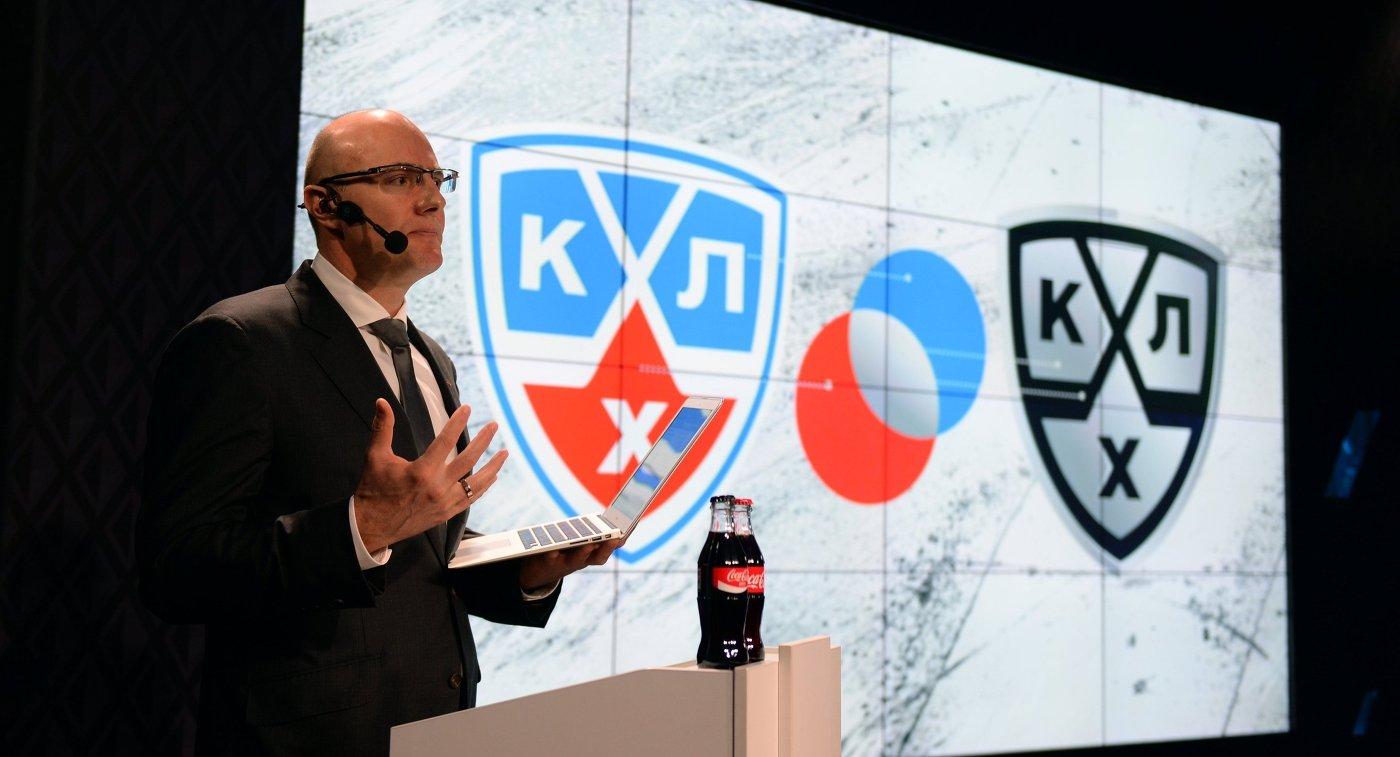 Президент Континентальной хоккейной лиги (КХЛ) Дмитрий Чернышенко и логотип лиги