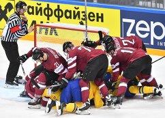Игровой момент в матче группового этапа чемпионата мира по хоккею между сборными командами Швеции и Латвии