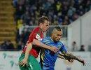 Защитник Ростова Федор Кудряшов (справа) и полузащитник Локомотива Дмитрий Тарасов