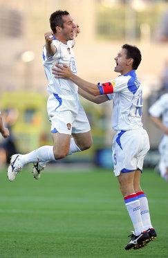 Футболисты сборной России Дмитрий Кириченко и Дмитрий Аленичев (слева направо)  радуются забитому голу в ворота греков на Евро-2004