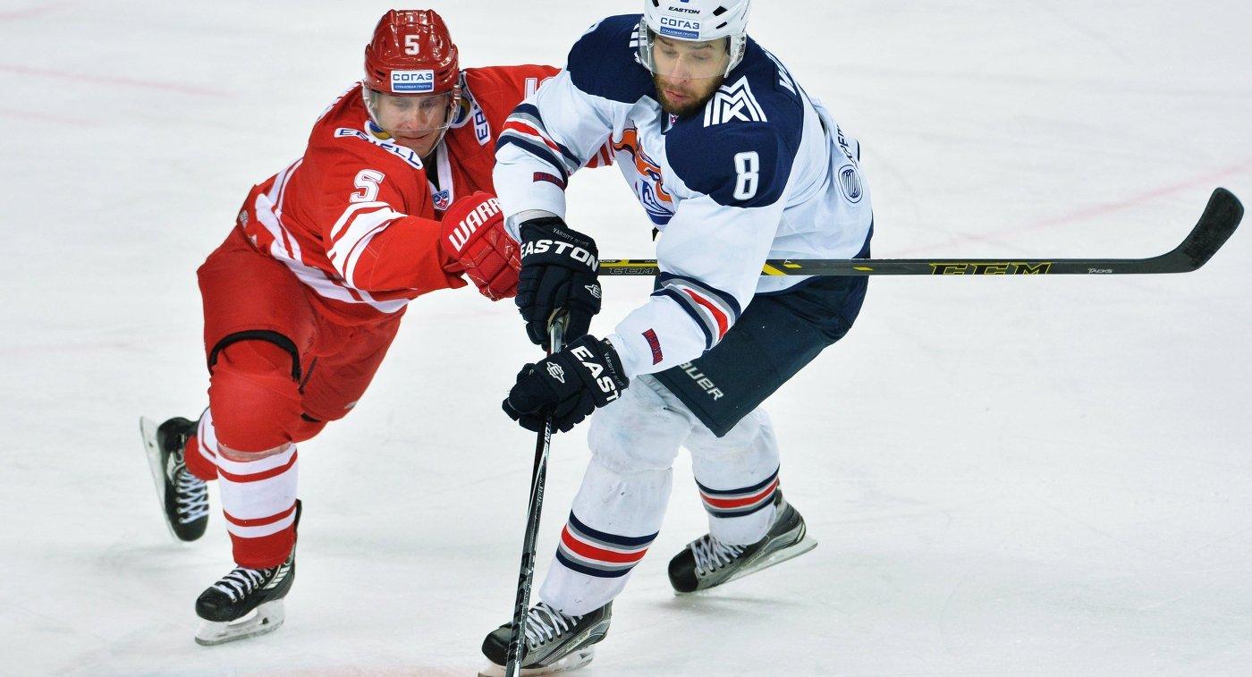 Защитник Спартака Чарльз Геноуэй (слева) и нападающий Металлурга Войтек Вольски
