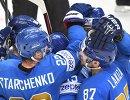 Хоккеисты сборной Казахстана радуются забитой шайбе