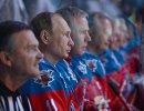 Президент РФ В. Путин (второй слева) принимает участие в хоккейном матче чемпионов НХЛ и Правления и почетных гостей НХЛ