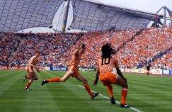 Марко ван Бастен (в центре) в матче со сборной СССР в финале чемпионата Европы-1988