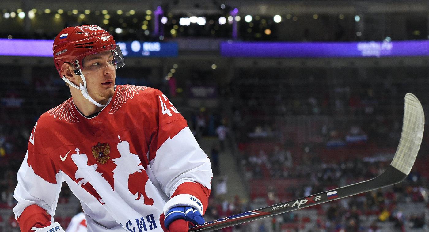 Нападающий сборной России по хоккею Валерий Ничушкин (слева направо)