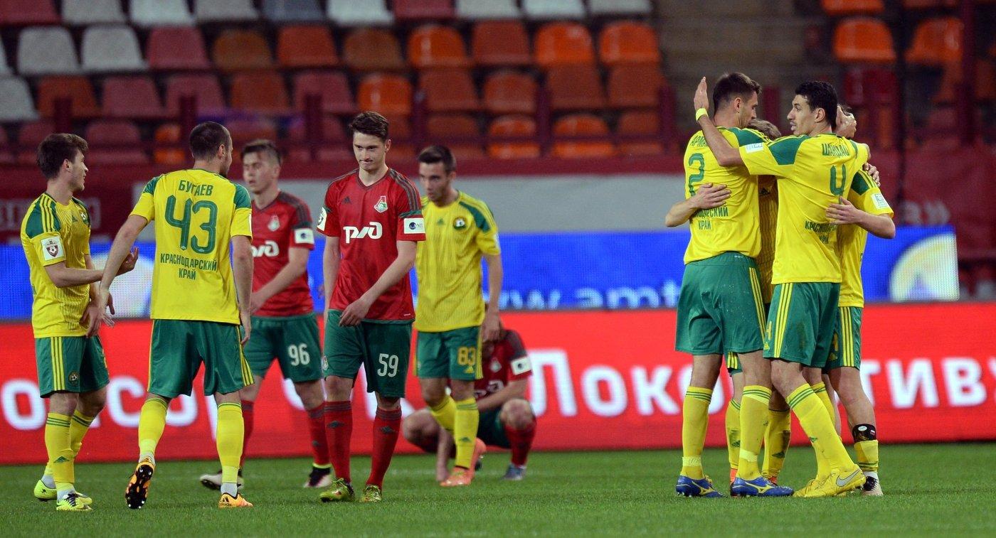 Футболисты Кубани радуются победе в матче против Локомотива